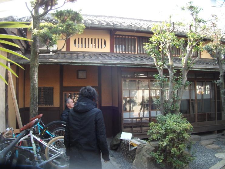 新門を入った建物正面。社員さんの自転車置き場。