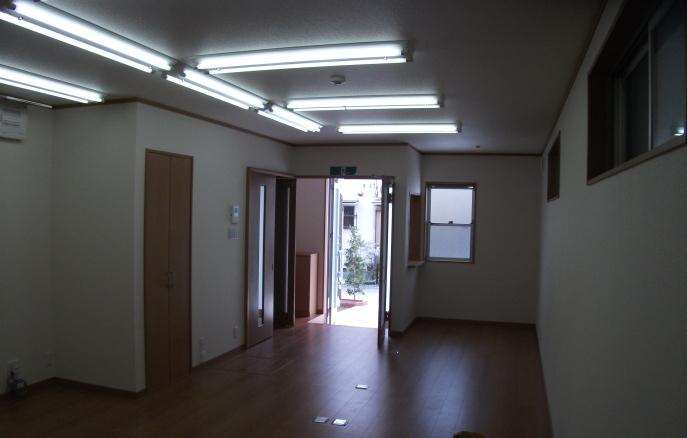 1階ワンフロアの事務所。引き戸と開き戸の組合せ。