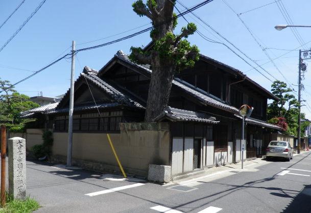 旧街道に面した主屋。一里塚の銀杏の巨木。