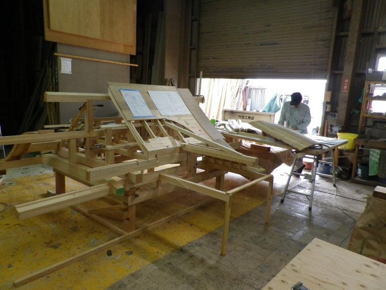 製作中の屋形の軸組。唐破風軒の納まりが一番の難関でした。