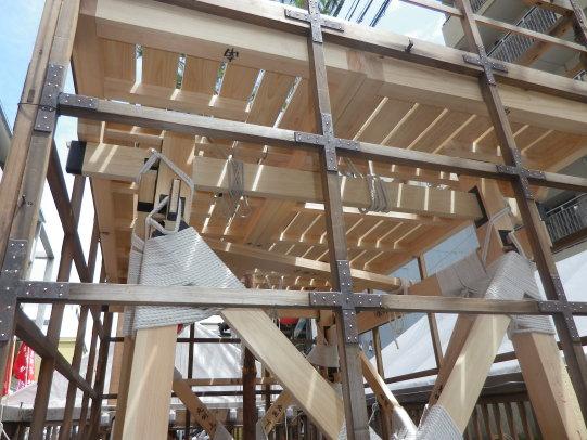 舞台は櫓に載せて括るだけ。幕掛は従前のものです。面に番付。