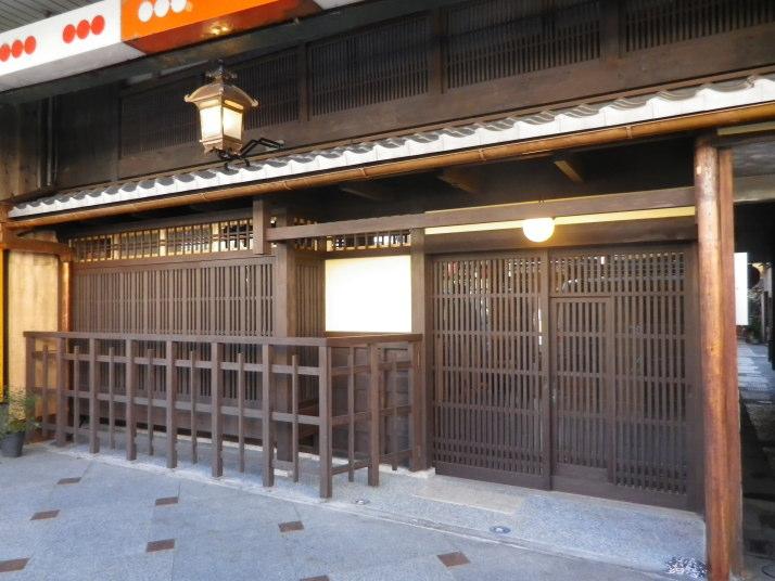 格子戸、出格子、幕掛け、駒寄せ、軒庇を復元。2階の御茶屋格子は覆いを取ってベンガラ塗り。