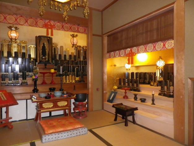 右手のお位牌棚を新設。筬欄間は和尚様が井川さんで買ってきました。