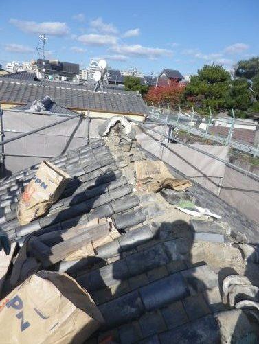 瓦の葺き直し。右手は東本願寺。