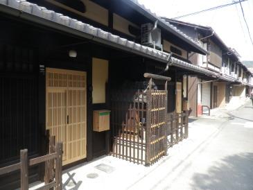 神宮道の西、町家が連担する一角です。お地蔵さん付町家4軒目。