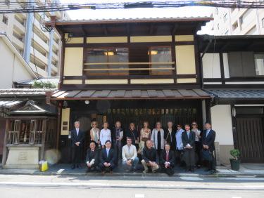 晩には東山のソウドウで夕食会、お習字の先輩の宝鏡寺さまや門川市長も来られました。