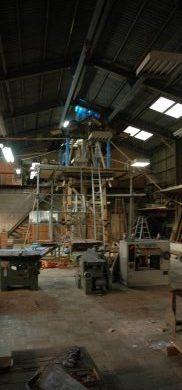 作業場の大屋根をぶち抜いて真木を建てました。 竹田社長の取組みも半端ではありません。