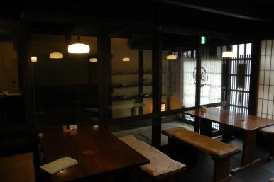 6枚引きのガラス戸と階段下の大戸で読書室を柔らかく区切ります。