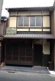 新しい御茶屋格子の出来は通りでも際立つように見えます。 銅の樋は林田キャプテン。エアコンのカバーはエツリ竹で辻親方が組みました。